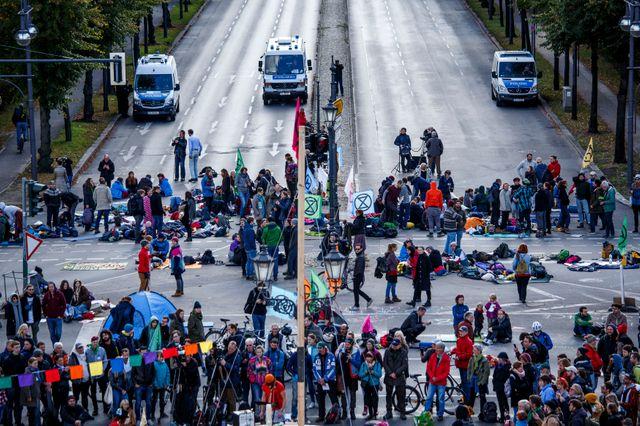 L'un des grands axes menant à la colonne de la Victoire à Berlin, bloquée par des manifestants de XR.