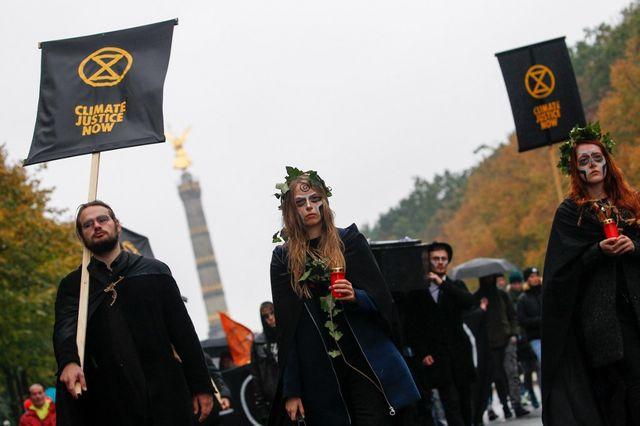 Les militants berlinois, tournant le dos à la colonne de la Victoire.