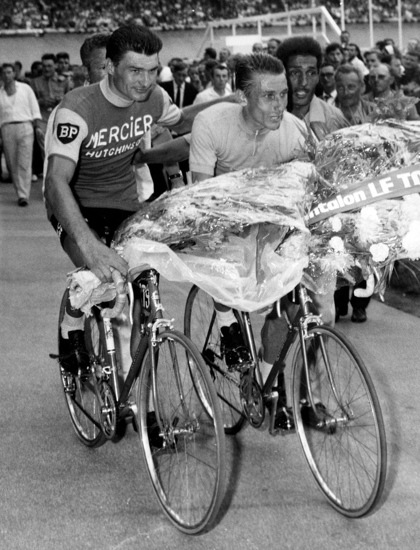 Raymond Poulidor et Jacques Anquetil font leur tour d'honneur ensemble, au Parc des Princes le jour de l'arrivée du Tour de France 1964