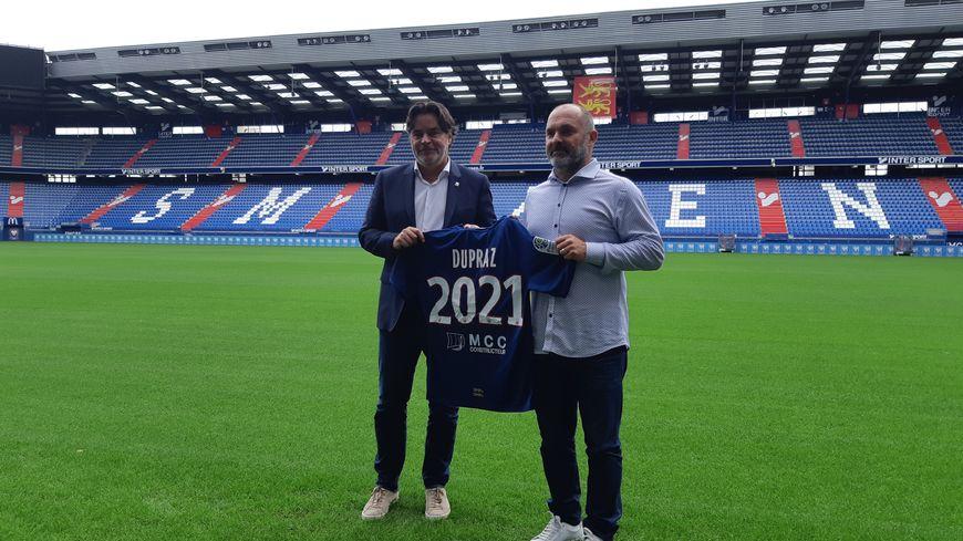 Le président du SM Caen Fabrice Clément (à gauche) et son nouvel entraîneur Pascal Dupraz