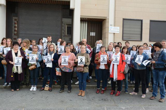 Des professeurs des écoles se rassemblent pour rendre hommage à Christine Renon - ici à Ancenis-Saint-Germon, France le 3 octobre 2019.