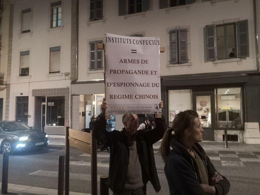 ... et des slogans hostiles à l'implantation de l'institut.