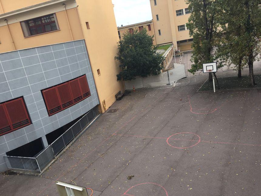 La cour du groupe scolaire Saint-Barthélémy, à une trentaine de mètres de l'antenne - Radio France