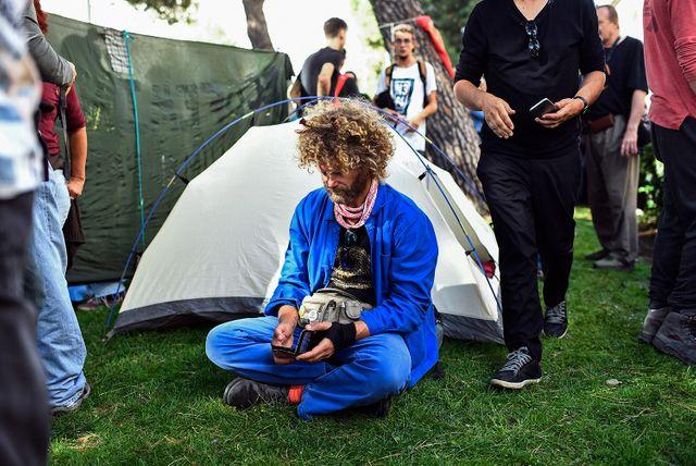 Des militants se sont installés face au ministère de la Transition écologique à Madrid et ont même planté la tente.