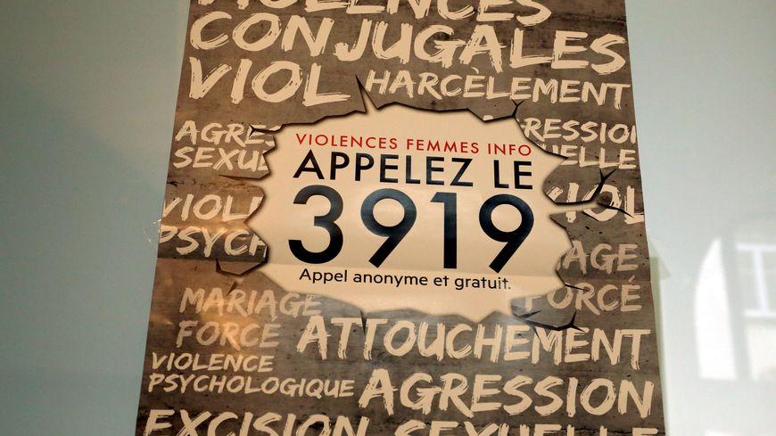 L'affiche du numéro d'appel national le 3919