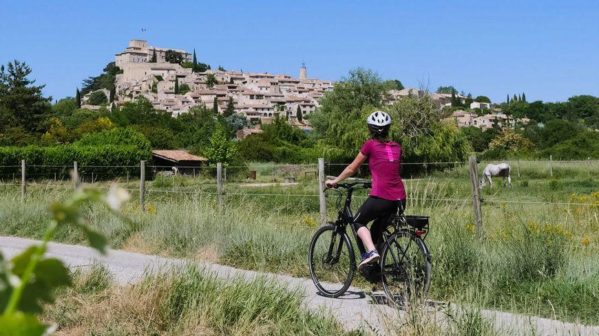 A travers les vignobles et les châteaux du Sud Vaucluse au cœur du Parc naturel régional du Luberon.