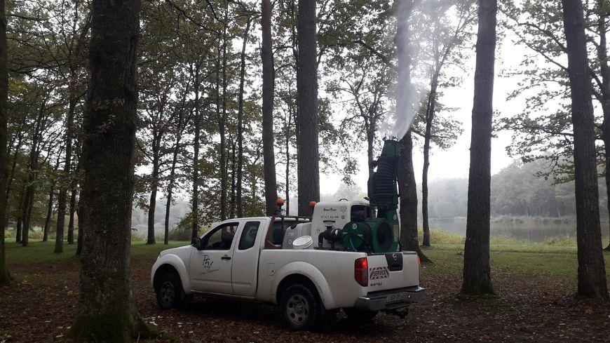 Un pulvérisateur permet d'envoyer un produit jusqu'à 35 mètres de haut