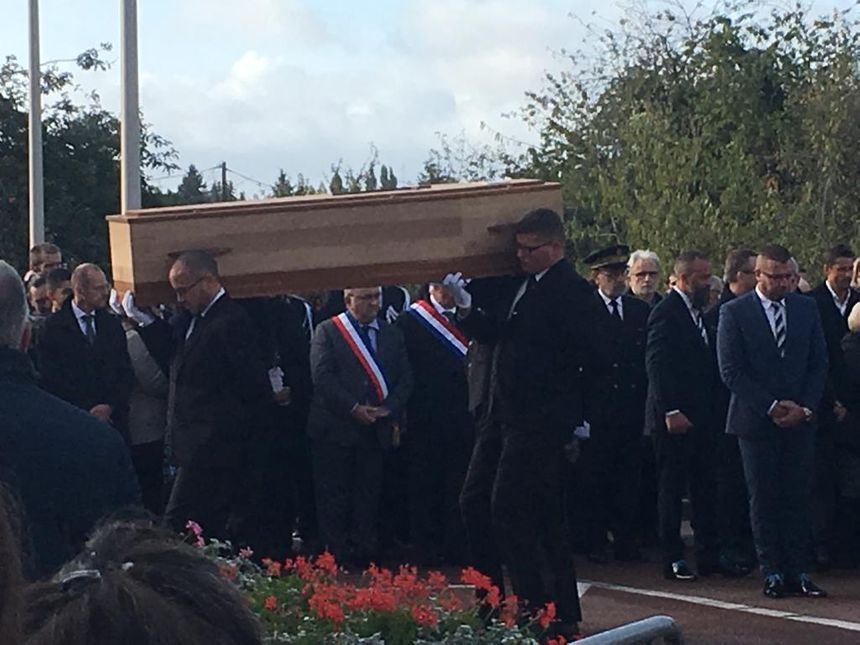Obsèques d'Anthony Lancelot, en présence, entre autres, du préfet du Loiret, du maire de Montargis avec son écharpe tricolore (sur la photo)