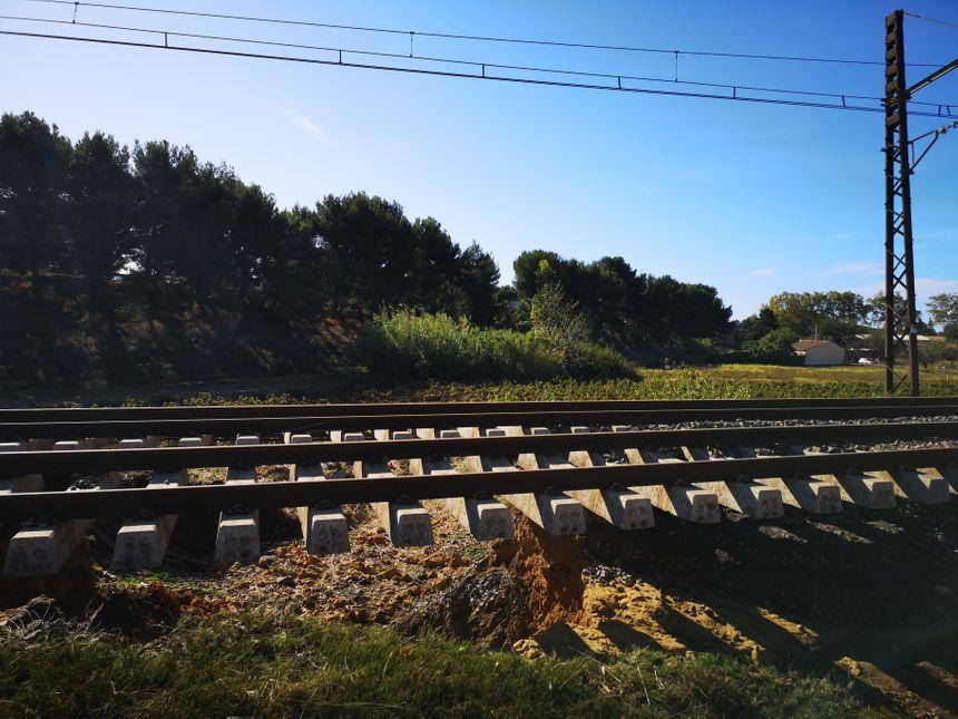 Les voies de la SNCF suspendues dans le vide (Villeneuve-lès-Béziers)