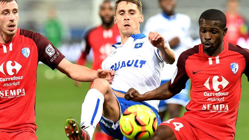 Rémy Dugimont à la lutte avec deux Grenoblois lors du match AJA-Grenoble le 22 décembre 2018.