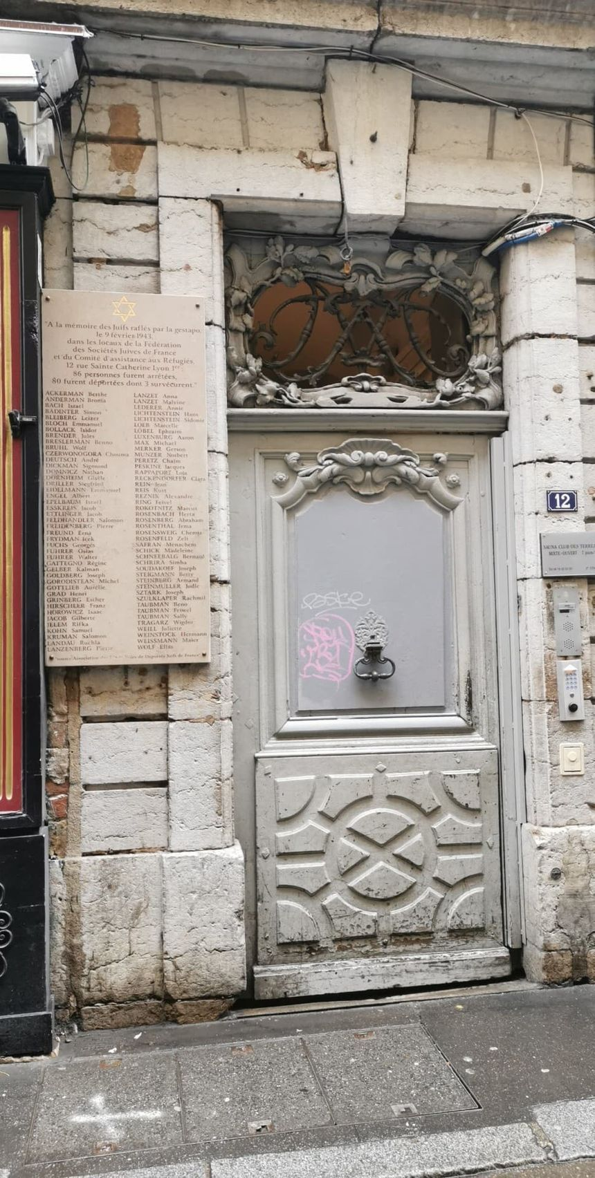 La plaque a été nettoyée par les services municipaux de la ville de Lyon lundi après-midi