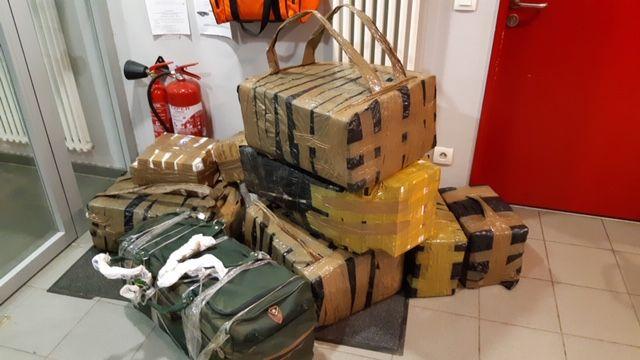 Les sacs en carton confectionnés par les contrebandiers