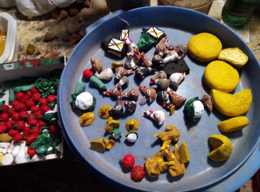 Les petites pièces et accessoires de crèche sont tous modelés un par un.