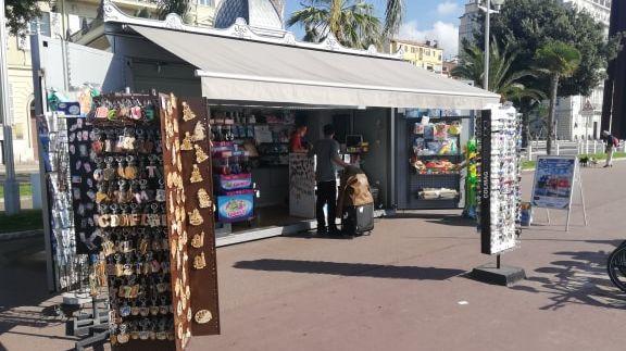 Le kiosque Beau Rivage organise une collecte de cadeau sur la promenade des Anglais pour le héro de l'attentat du 14 juillet à Nice.