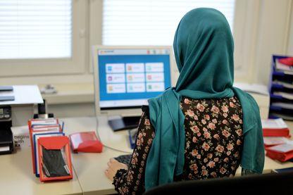 Jeune femme voilée au travail à Seesen en Allemagne 2017