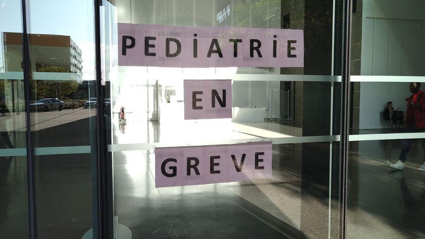 Les pédiatres en grève ... une affiche à l'entrée du CHU Estaing de Clermont-Ferrand