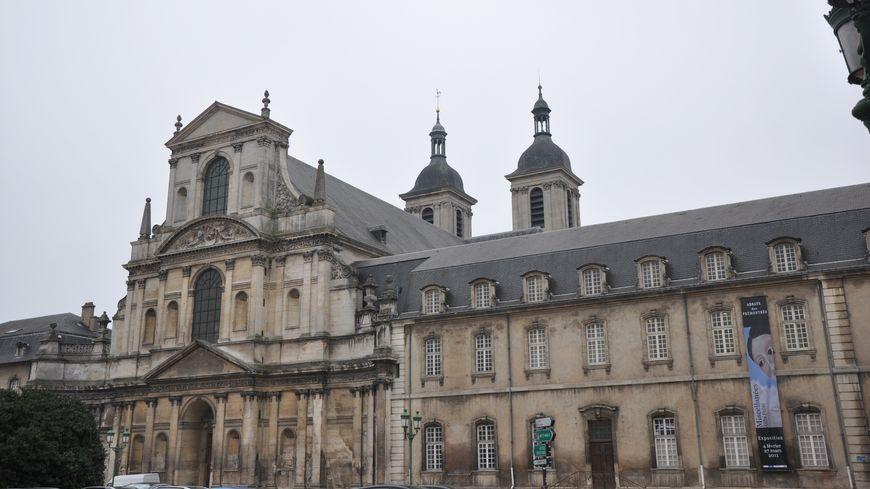 la belle façade de l'abbaye des prémontrés côté rue