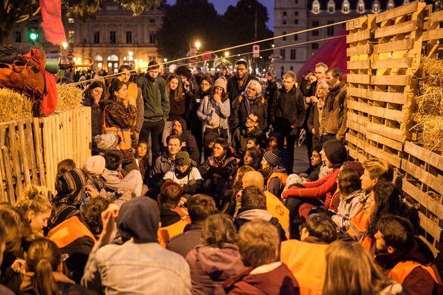 Les militants XR bloquaient encore, mardi soir, la place du Châtelet à Paris.