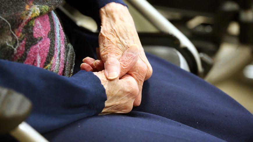 Une personne âgée dans une maison de retraite de Bart (Doubs). (image d'illustration)