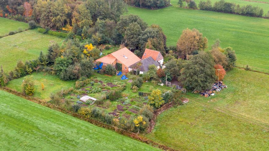 Une vue aérienne de la ferme où a été découvert la famille à Ruinerworld aux Pays-Bas.