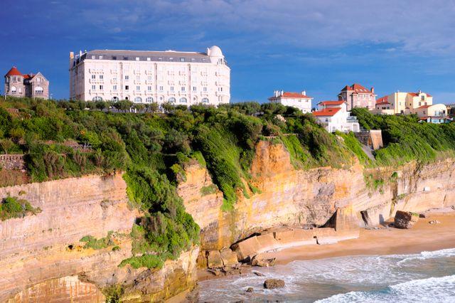 La cote s'érode, comme ici au pays Basque, menaçantt les bâtiments en bord de mer