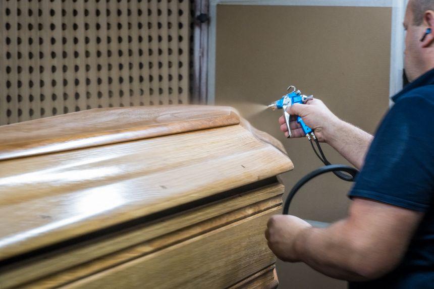 Opération de vernissage de cercueils.