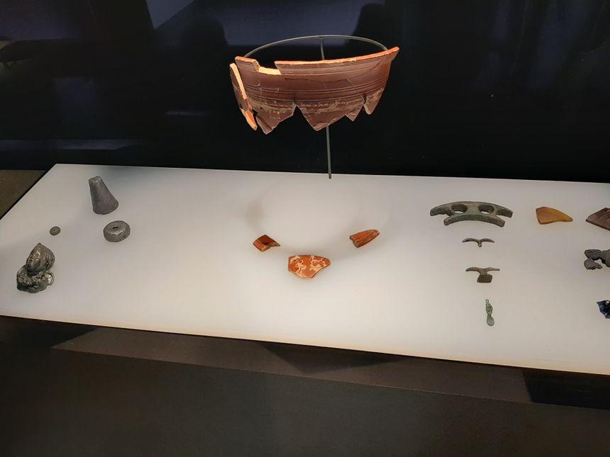 Des objets sont exposés sur le côté