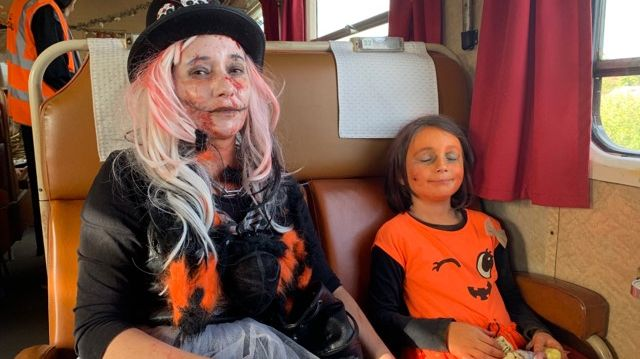 Delphine et sa petite fille de 8 ans participent chaque année au train d'Halloween organisé par l'association des autorails touristiques de l'Yonne