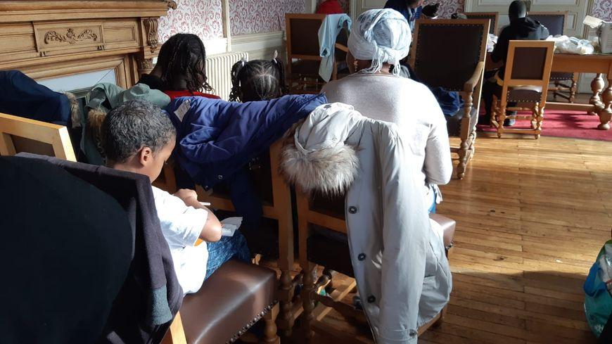 Les familles sont accueillies temporairement ce mardi dans la salle des mariages de la mairie annexe de Doulon, à Nantes
