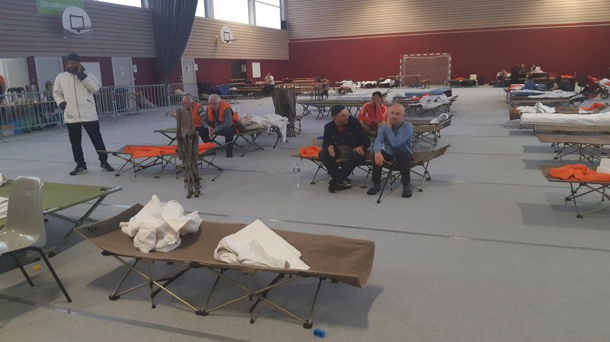 C'est dans le gymnase du collège Hans Arp, qui n'allait pas être utilisé cette semaine, que les 247 demandeurs d'asiles ont été hébergés provisoirement.
