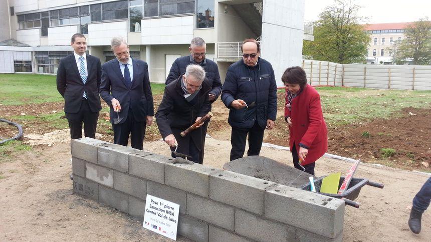 La pose de la première pierre de l'extension de l'INSA Centre Val de Loire à Bourges, par les élus, le préfet de région et la préfète du Cher