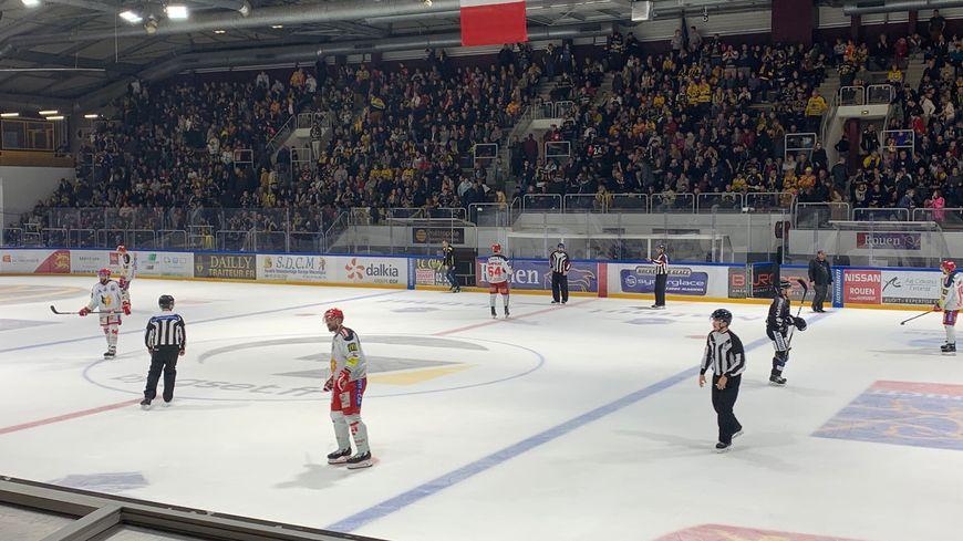 La patinoire de Rouen était à guichets fermés pour ce match.