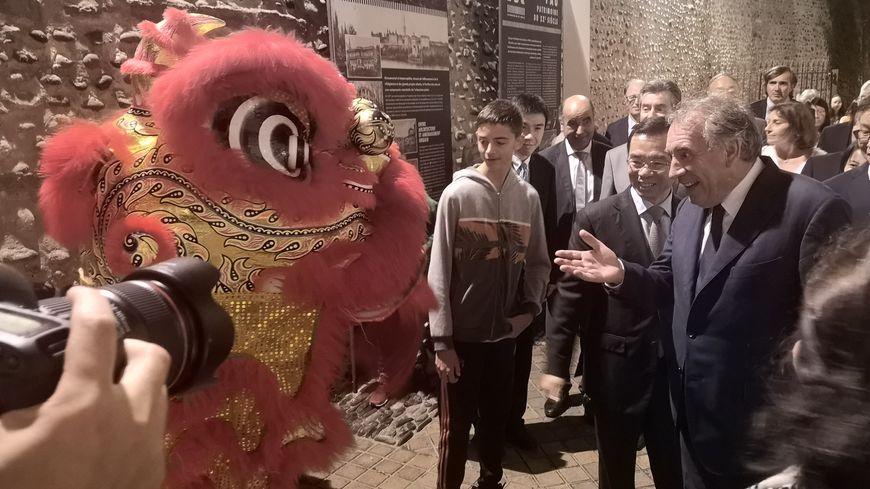 Le maire de Pau, François Bayrou a assisté à la traditionnelle danse du lion.