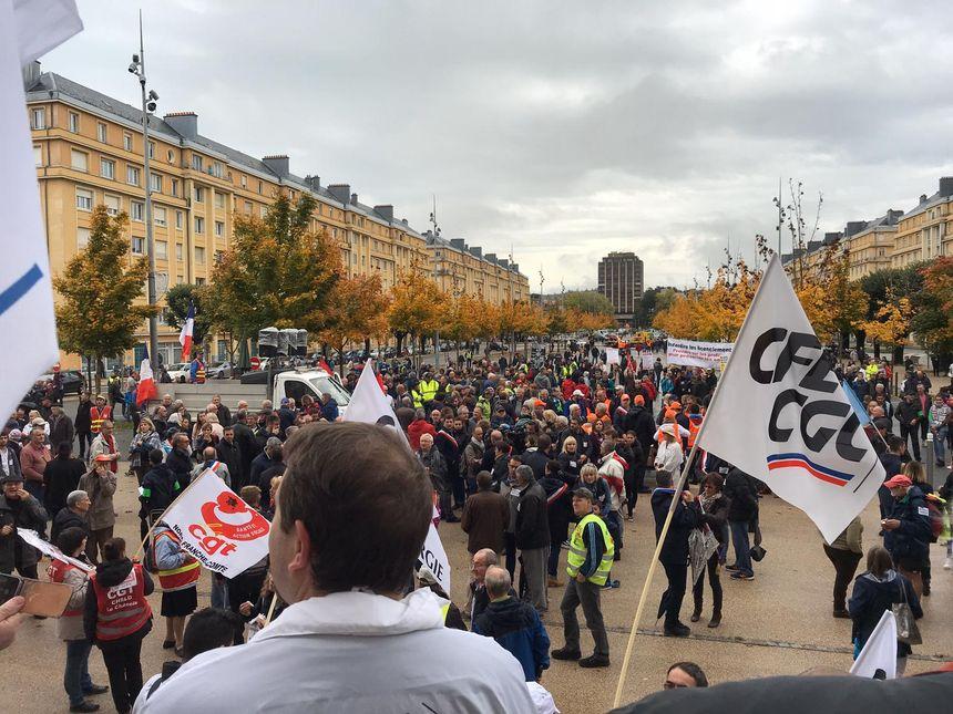 Rassemblement des manifestants contre le plan social chez GE, le 19 octobre, un peu avant 14h.
