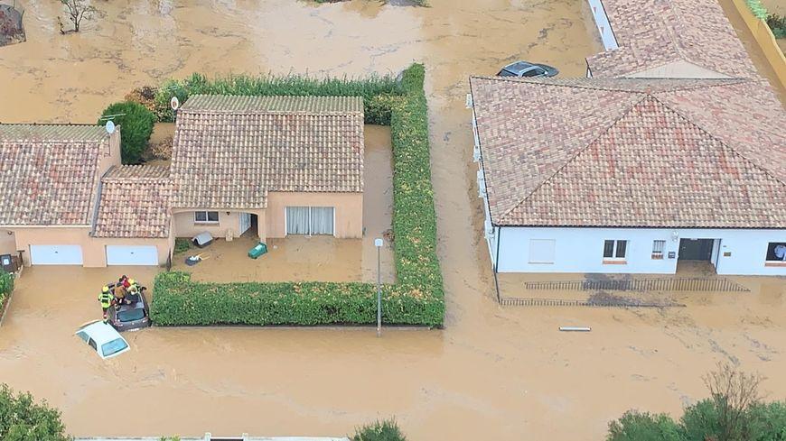 Des maisons entourées d'eau près de Béziers