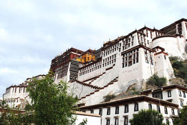 Le palais du Potala à  Lhassa, dans la région du Tibet , lieu mythique pour les voyageurs.