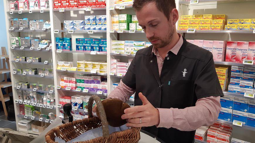 Matthieu Chambat conseille régulièrement les cueilleurs dans sa pharmacie d'Orcines.