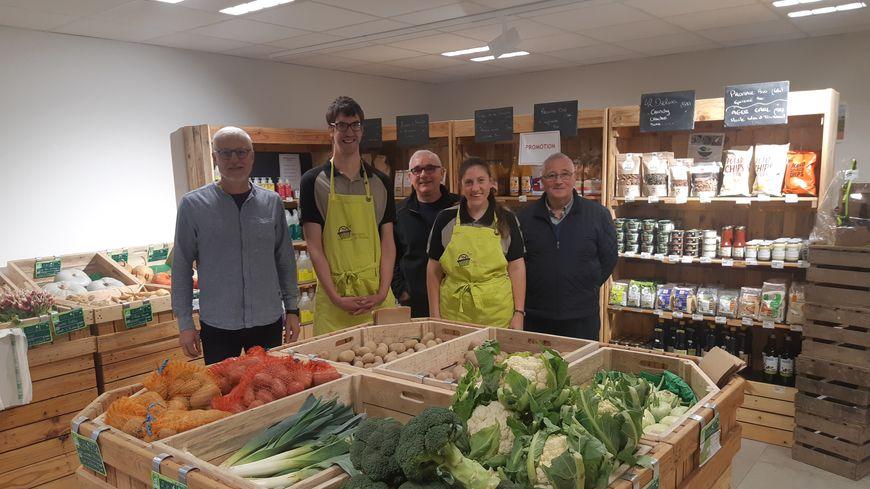 Le nouveau magasin, les bévénoles, salariés et travailleurs de l'association Ponceau charmilles à la Selle-Craonnaise.