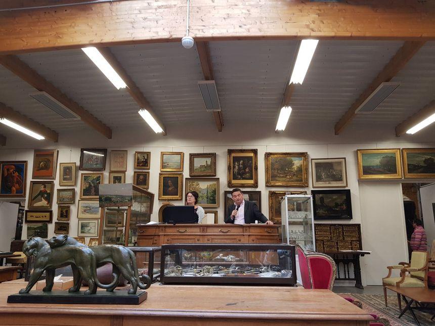 """La vente aux enchère du 24 octobre, durant laquelle l'oeuvre de Robert Tatin """"Entrecôtes"""" a été vendue."""