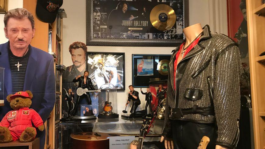 Une petite partie de la vaste collection d'objets à l'effigie de Johnny Hallyday dans l'appartement de Sandrine