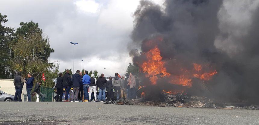 Salariés de l'usine Michelin de la Roche sur Yon après l'annonce de la fermeture