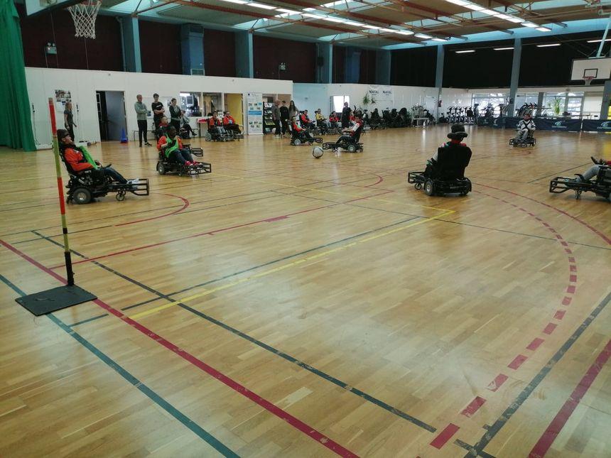 Deux équipes de foot fauteuil s'entraînent dans la salle de sport de Kerpape