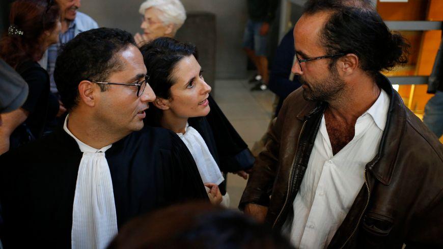 Photo d'illustration de Cédric Herrou en compagnie de ses avocats au Palais de justice de Nice