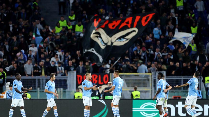 """Les joueurs de la Lazio devant la """"Curva nord"""" lors du match face à Rennes en ligue Europa le 3 octobre 2019"""