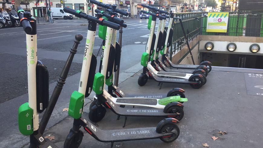 Des trottinettes électriques à Paris près du métro Strasbourg-Saint-Denis (photo d'illustration).