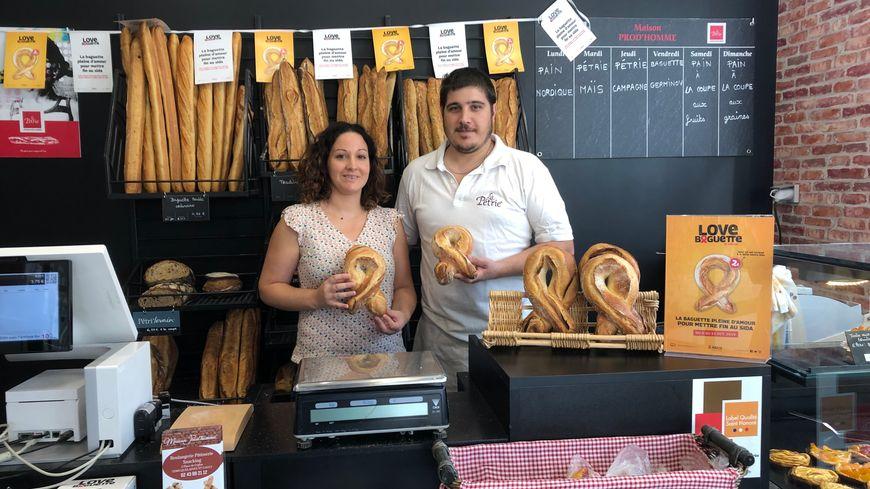 Julien et Anaïs vendent la Love Baguette pour lutter contre le Sida