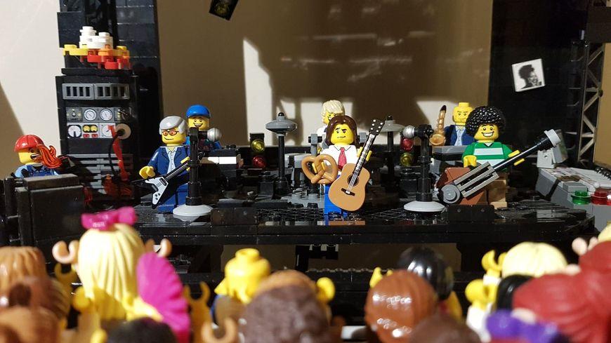Kloou a recréé une salle de concert pour Lego Goldman
