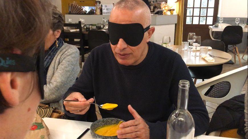 5 bénévoles ont testé le déjeuner les yeux bandés pour aider au mieux ensuite les personnes non-voyantes