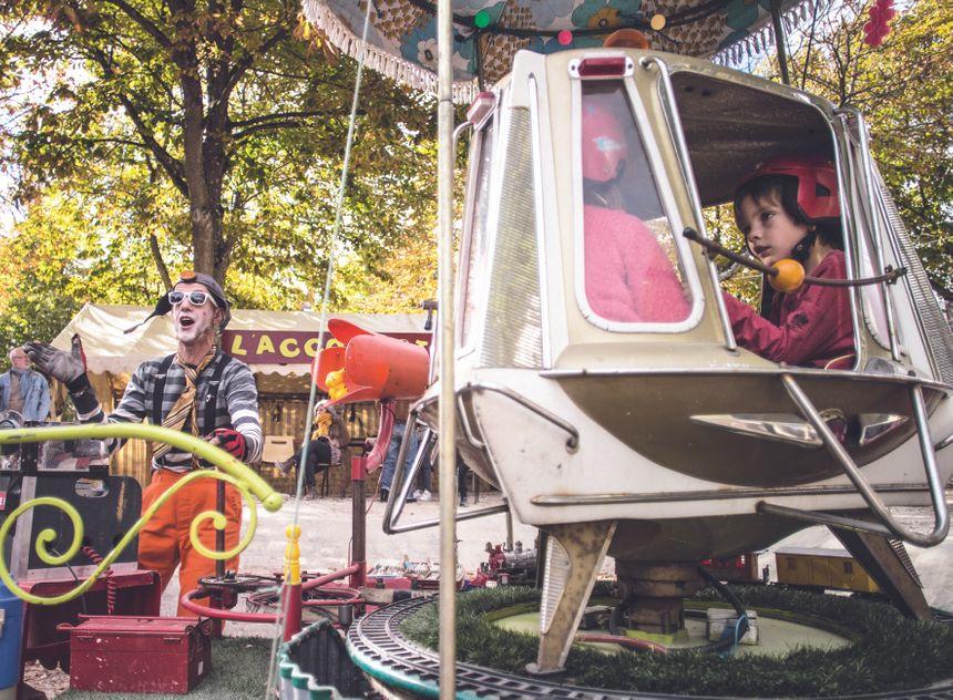 Râve, le plus petit manège du monde, l'une des attractions.