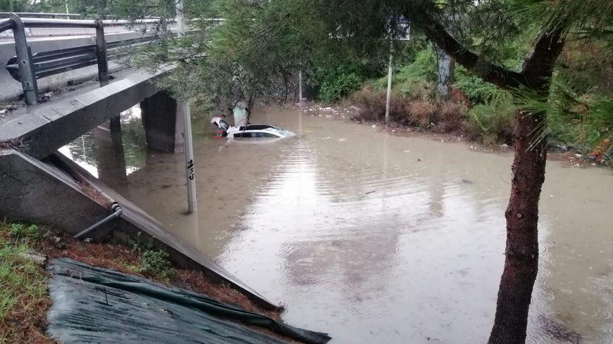 L'automobiliste pris au piège sous la passerelle de Plombières, sauvé par les policiers